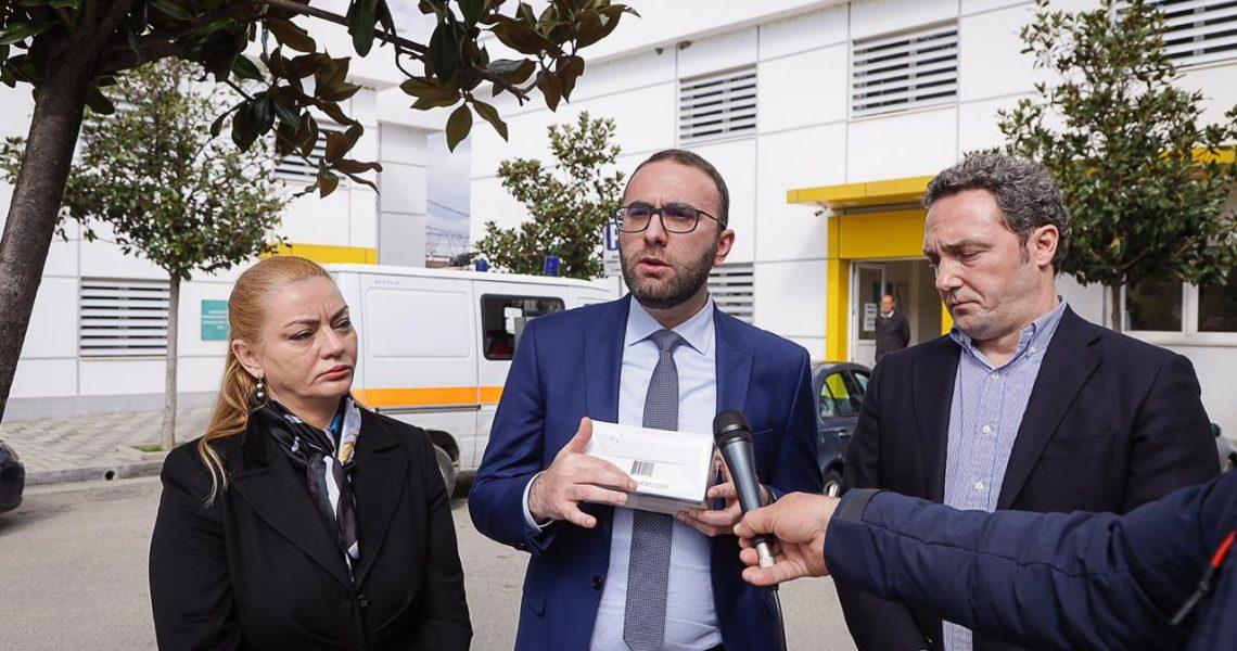 Akt kriminal i Ministrisë së Shëndetësisë, shpërndan 1.2 milion maska të skaduara për personelin mjekësor. Prokuroria të nisë hetimet