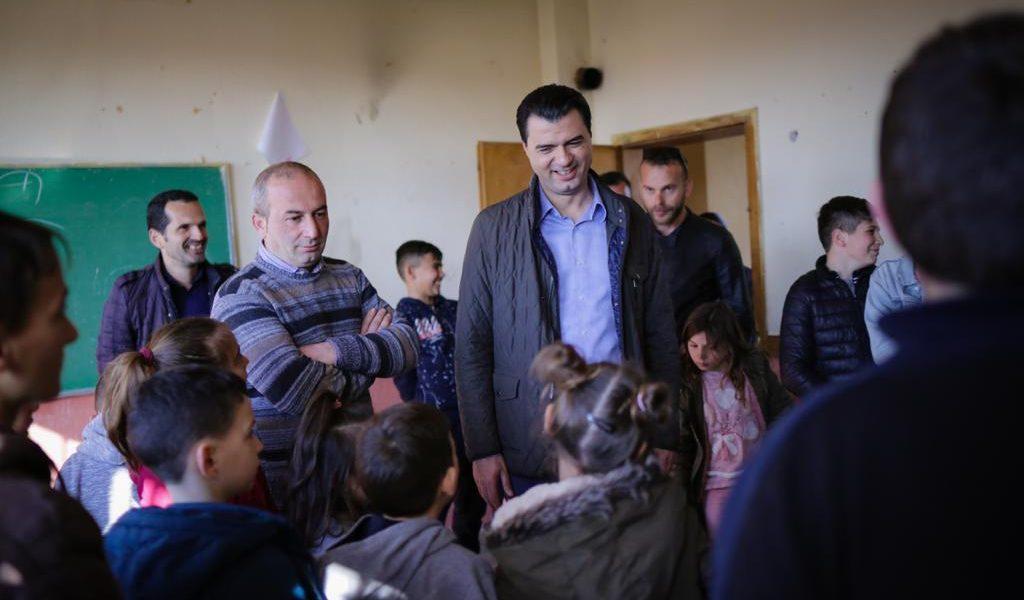 """Kryetari Basha në Dajç të Shkodrës, viziton me fëmijët dhe prindërit e zonës shkollën e mbyllur """"Shtjefën Maçi"""""""