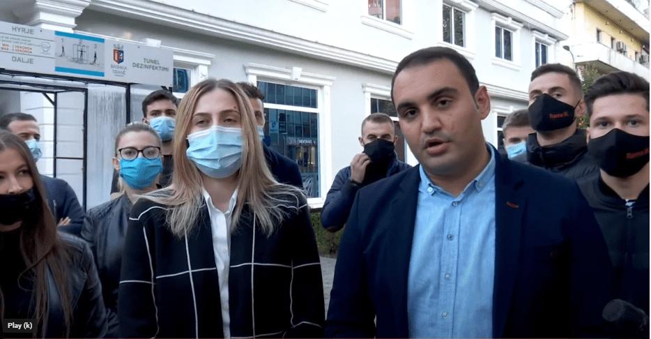 Përfaqësuesit e PD, Ina Zhupa dhe Belind Këlliçi dorëzuan kallzim në Drejtorinë e Policisë Tiranë: Mafia e plehrave e drejtuar nga Edi Rama dhe Erjon Veliaj, në bashkëpunim me Arben Ahmetaj, nuk do të na trembin. Drejtësia nuk do të vonojë.