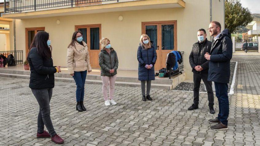 Gazment Bardhi në qendrën që kujdeset për fëmijët e braktisur në Elbasan: Punë heroike, do jemi në krahun tuaj.